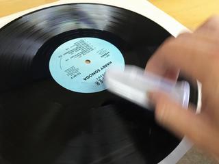 レコードに静電気除去リキッドを万遍なく伸ばす.jpg