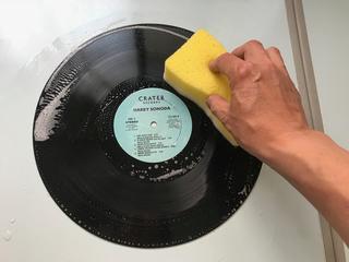 レコードをスポンジで洗う.jpg
