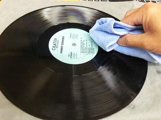 洗ったレコードをマイクロファイバークロスで拭く.jpg
